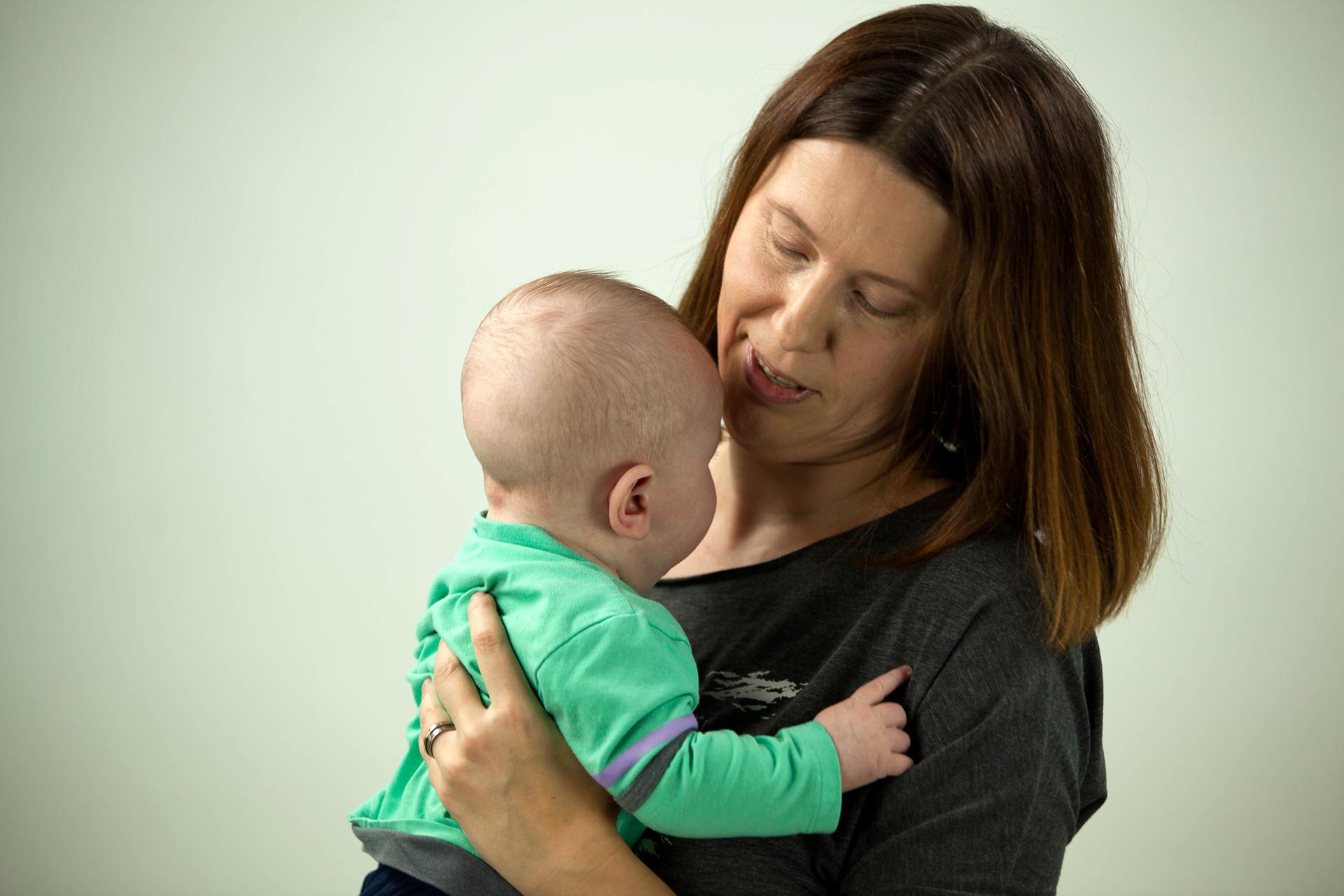 Galeria prezentuje przykłady czterech sytuacji, wktórych jest potrzebny zmysł węchu. Na pierwszej fotografii widoczna mama trzymająca blisko siebie niemowlę.