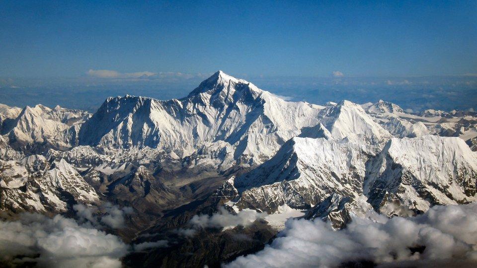 Mount Everest widziany zpokładu samolotu Mount Everest widziany zpokładu samolotu Źródło: Papa Lima Whiskey 2 , shrimpo1967, licencja: CC BY-SA 2.0.