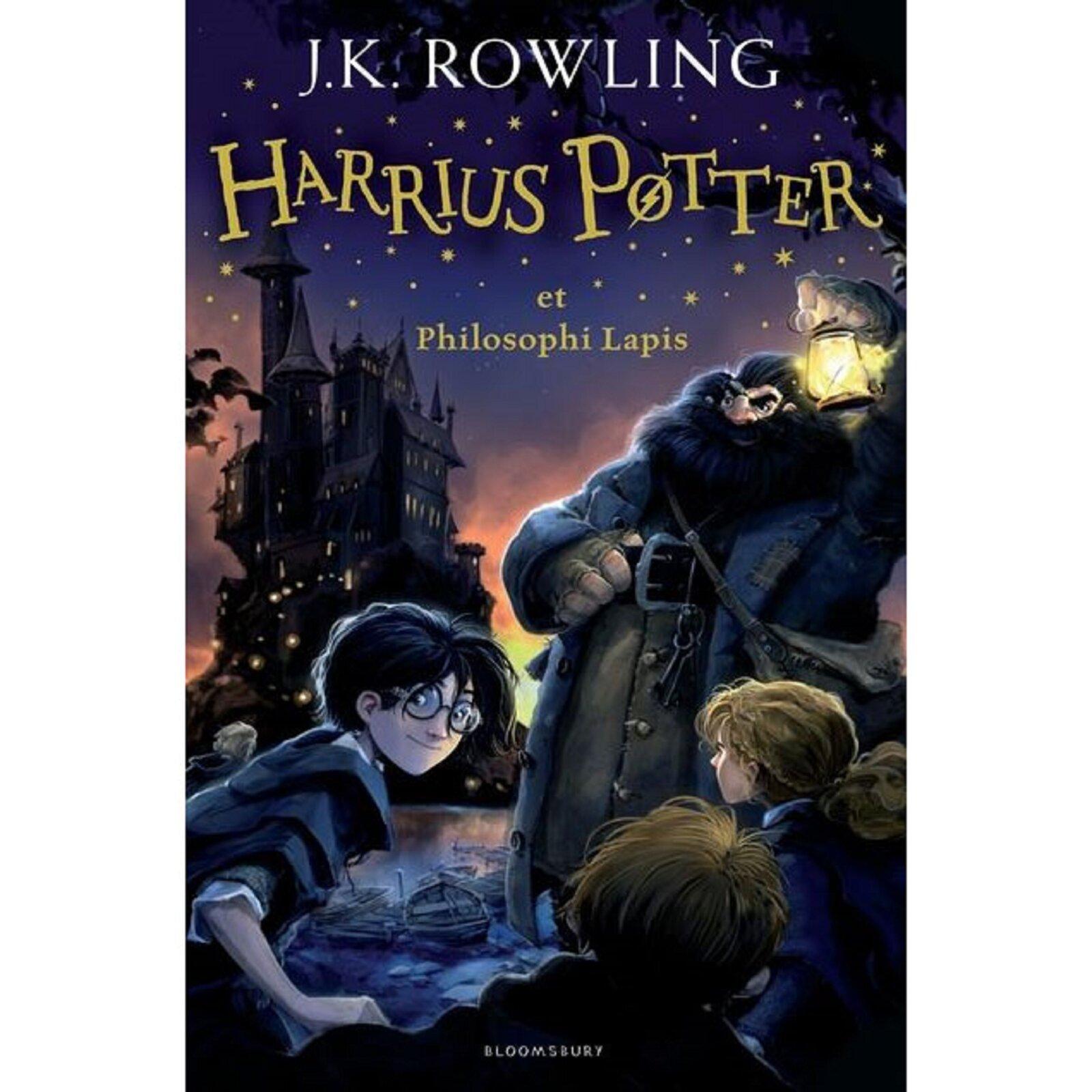 """Ilustracja przedstawia stronę tytułową książki J. K. Rowling pod tytułem """"Harry Potter ikamień filozoficzny"""" przetłumaczoną na język łaciński. Strona tytułowa zawiera (od samej góry) imię inazwisko autorki oraz tytuł przetłumaczony na język łaciński – HARRIUS POTTER ET PHILOSOPHI LAPIS. Pod tytułem znajduje się ilustracja, na której przedstawiono postać Harrego Pottera, Rona, Hermiony oraz Hagrida. Harry przedstawiony jest jako mały chłopiec okruczo czarnych włosach iwczarnej pelerynie. Obok Harrego widoczne są plecy Rona oraz Hermiony. Nad całą trójką czuwa Hagrid – wysoki mężczyzna obujnej fryzurze izaroście. Hagrid ubrany jest wgranatowy długi płaszcz oraz ciemną koszulę. Wtle widoczny jest Hogwarth – szkoła magii."""