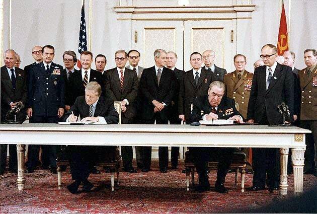 Leonid Breżniew iJimmy Carter podczas podpisywania układu SALT II Źródło: Bill Fitz-Patrick, Leonid Breżniew iJimmy Carter podczas podpisywania układu SALT II, Fotografia, domena publiczna.
