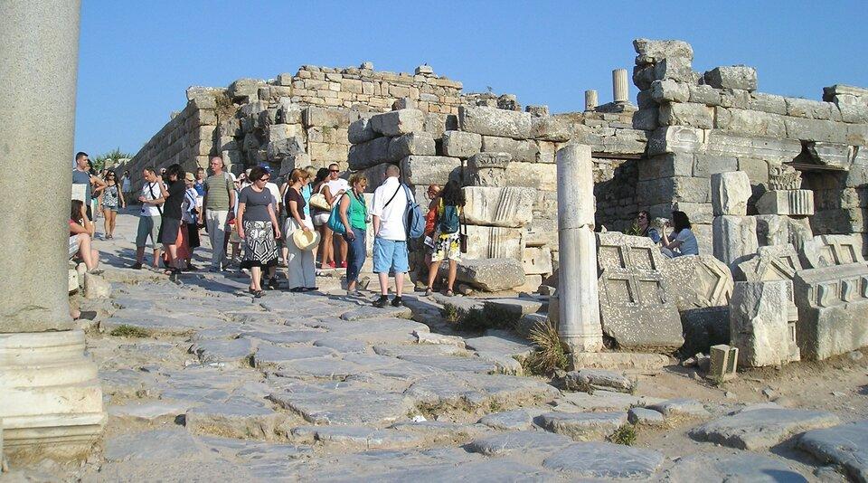 Na zdjęciu ruiny kamiennego miasta. Dużo turystów.