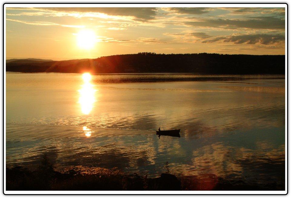Fotografia przedstawiająca zachód słońca nad wodą