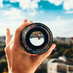 Wjaki sposób można wytworzyć obraz za pomocą soczewki skupiającej?