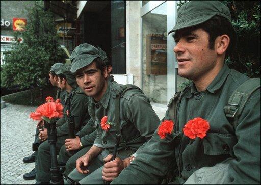 """Zmierzch dyktatur na Półwyspie Iberyjskim. """"Rewolucja goździków"""" wPortugalii iśmierć gen. Francisca Franco wHiszpanii"""