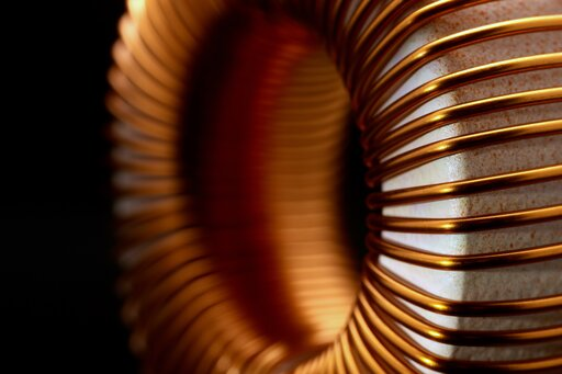 0657 Pole magnetyczne wytworzone przez prąd płynący wprzewodniku prostoliniowym, kołowym izwojnicy