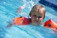 Pływanie – nauka poślizgów. Zabawy przygotowujące do pływania stylem grzbietowym