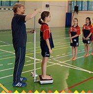 Pomiar wysokości imasy ciała oraz zpomocą nauczyciela interpretuje uzyskane wyniki