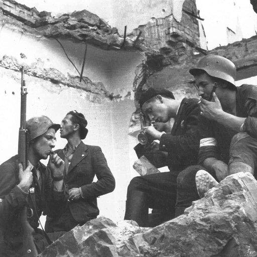 Od radości po żal – stosunek ludności cywilnej do powstańców wczasie powstania warszawskiego