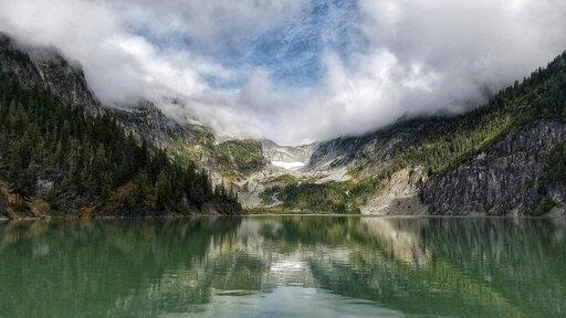 Wjaki sposób ruch płyt litosfery wpływa na tworzenie się jezior?