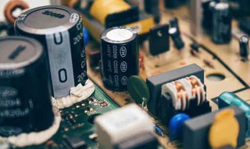 0524 Jaką pracę należy wykonać, aby naładować kondensator?