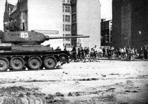 Kamienie przeciw czołgom. Powstanie berlińskie (1953)