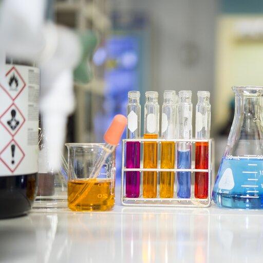 Jakie tajemnice skrywa szkolna pracownia chemiczna?