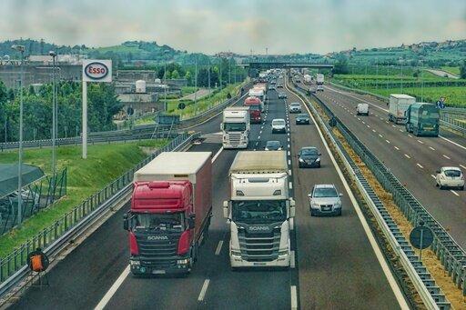 Zróżnicowanie udziału poszczególnych rodzajów transportu wprzewozach na świecie iwPolsce